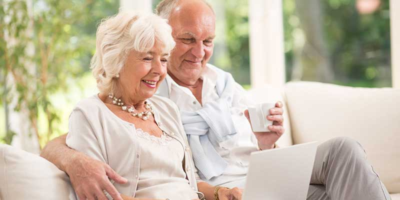 Älteres Paar surft gemeinsam im Internet.