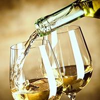 Wein wird in ein Glas gefüllt