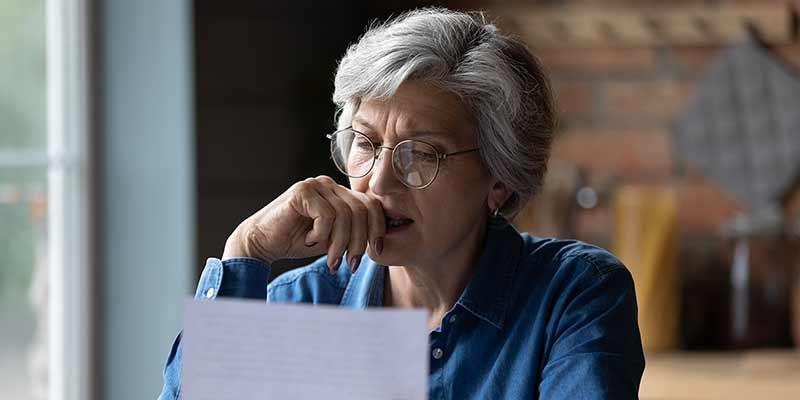 Frau begutachtet kritisch einen Brief