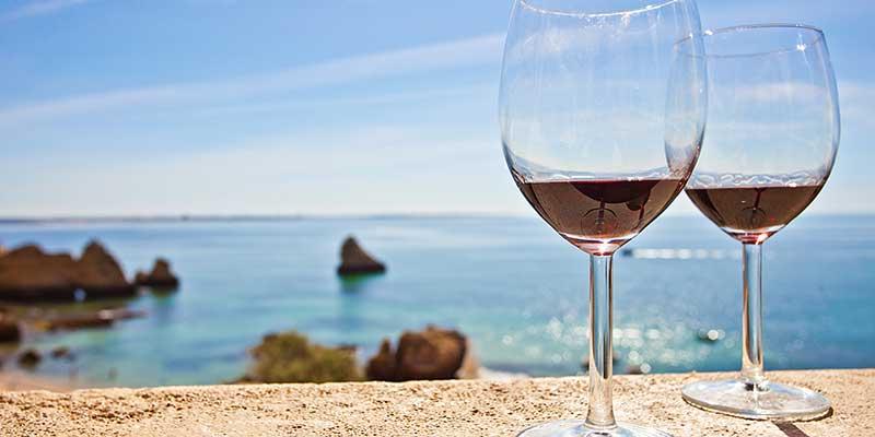 Rotwein-Genuss am Meer