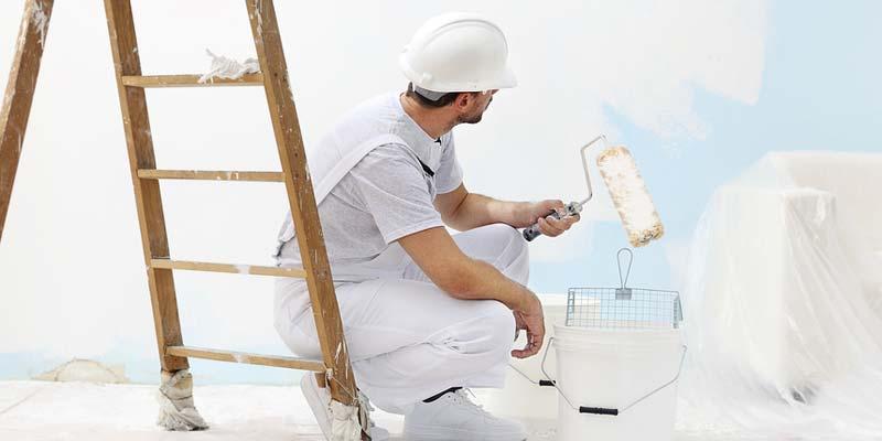 Maler streicht eine Wohnung