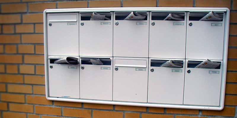Briefkästen an Handwand