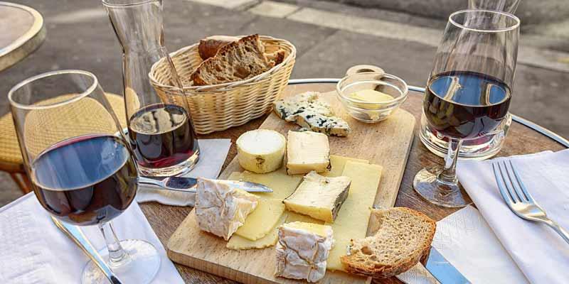 Rotwein, Käse und Brot