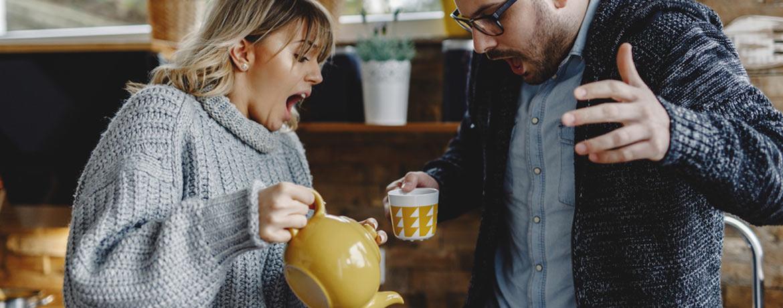 Frau schüttet man versehentlich heißen Tee auf das Hemd