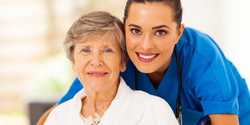 Seniorin mit einer Pflegekraft