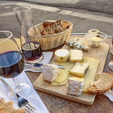 Picknick mit Käseplatte und Wein