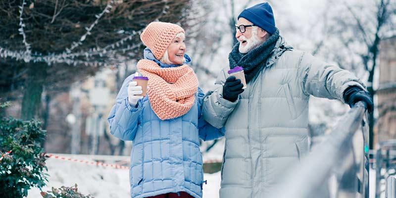 2 Senioren unternehmen einen Winter-Spaziergang
