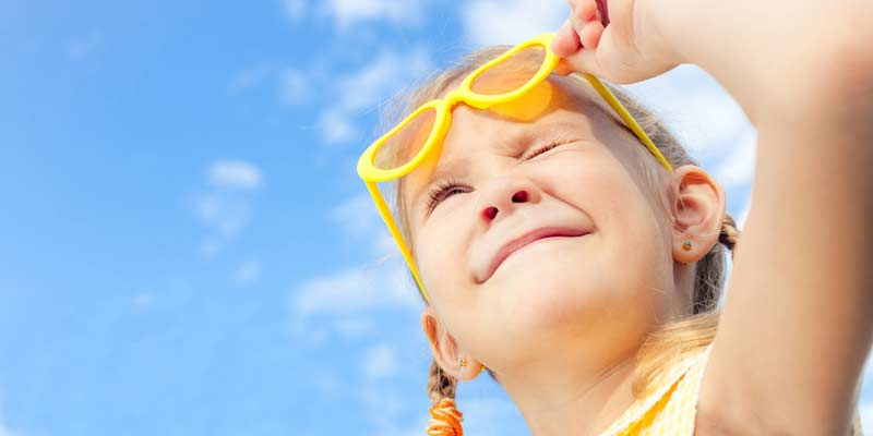 Kind schaut in die Sonne
