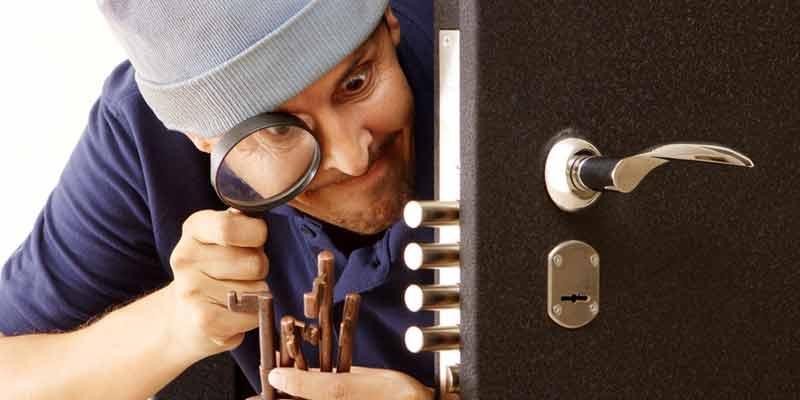 Einbrecher an Tür