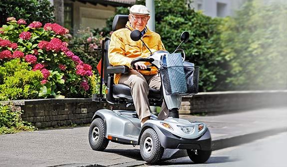 Senior fährt ein Elektromobile