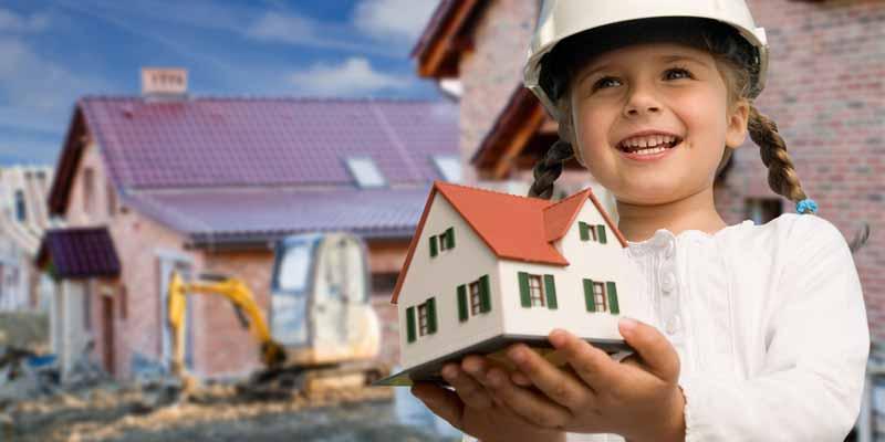Mädchen mit Spielhaus auf Baustelle