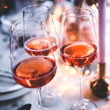 Roséweine auf einem Tisch