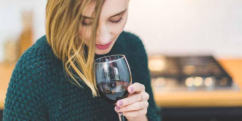 Frau trink Wein