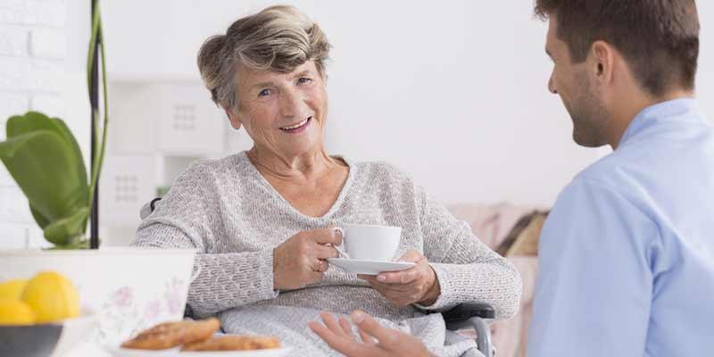 Seniorin trinkt Kaffee