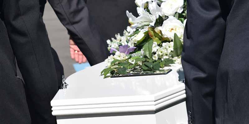 Sargträger bei einer Beerdigung