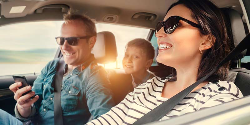 Familie sitzt in einem Auto