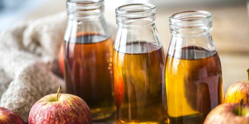 Drei Flaschen frischer Apfelsaft