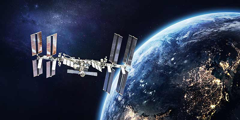 Internationale Weltraumstation im Weltraum auf der Umlaufbahn der Erdoberfläche