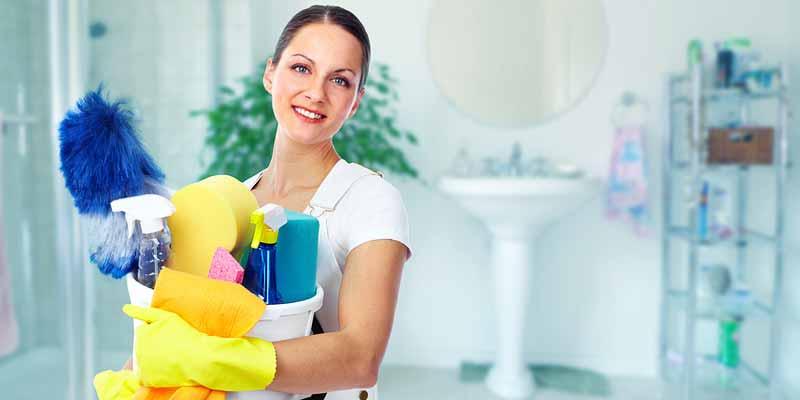Frau reinigt ein im Badezimmer