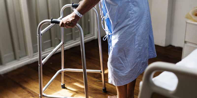 Seniorin mit Gehhilfe