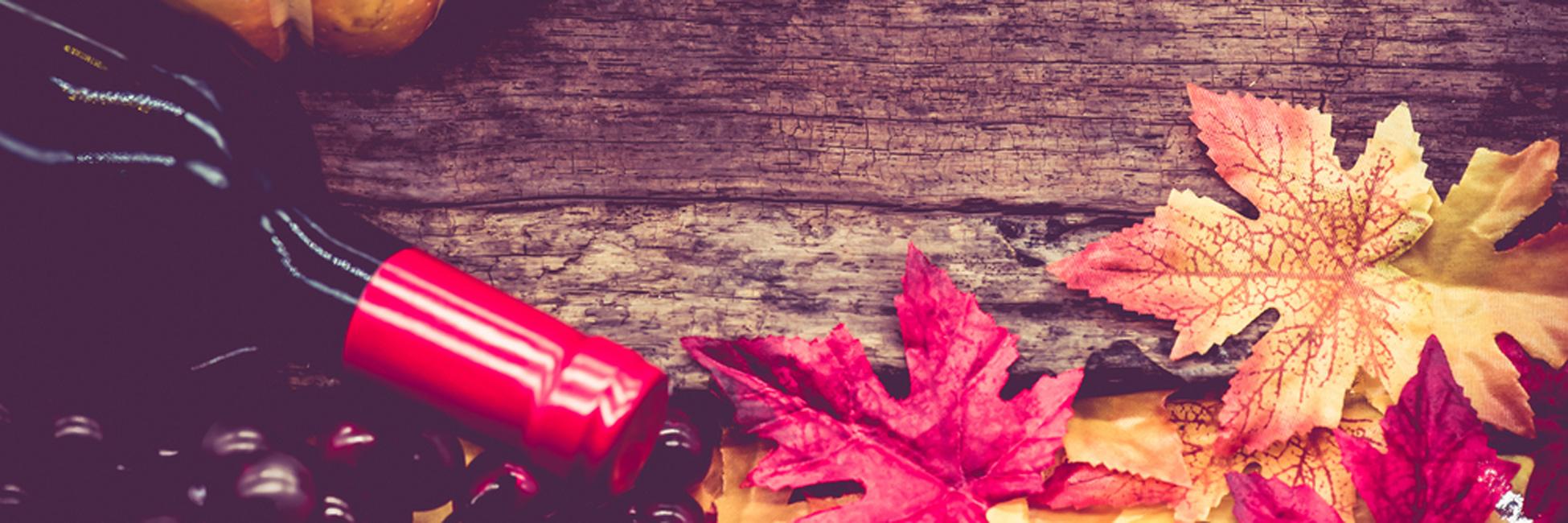 Rotwein in herbtlichem Ambiente