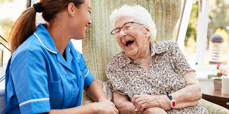 Seniorin mit Notrufknopf