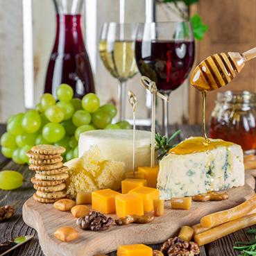 Käseplatte mit passendem Wein