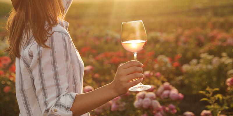 Frau genießt einen Wein