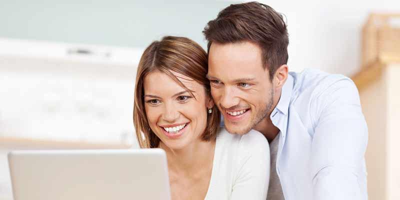 Paar surft im Internet