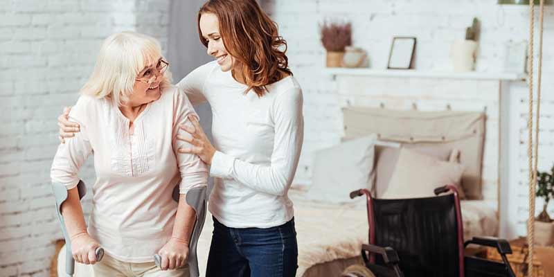 Liebevolle Pflege einer Seniorin