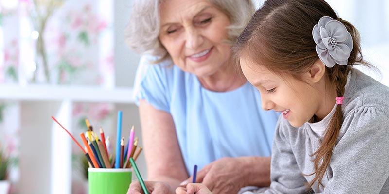 Seniorin und Mädchen beim gemeinsamen Zeichnen