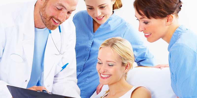 Patientin werden Informationen gezeigt