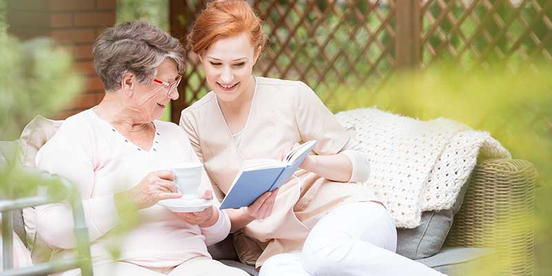 Junge Frau und ältere Dame in der Alltagsbetreuung.