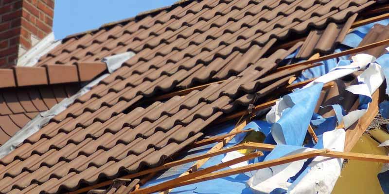 Abgedecktes Dach durch Sturm