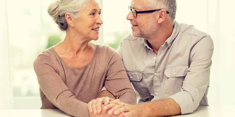 Senioren-Paar hält zusammen