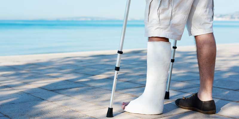 Mann hat sich das Bein gebrochen