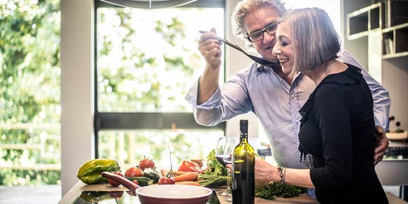 Paar kocht mit Wein