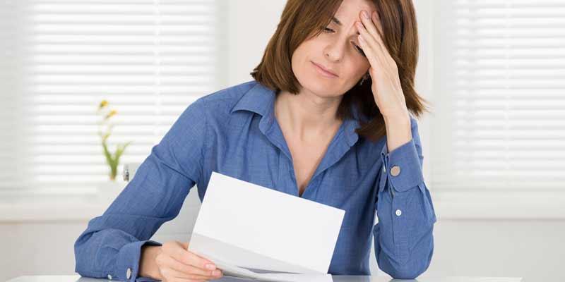 Frau erhält in einem Brief schlechte Nachrichten
