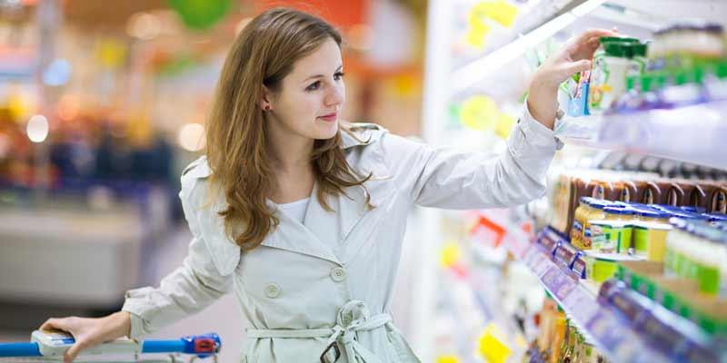 Frau kauft Lebensmittel in einem Supermarkt