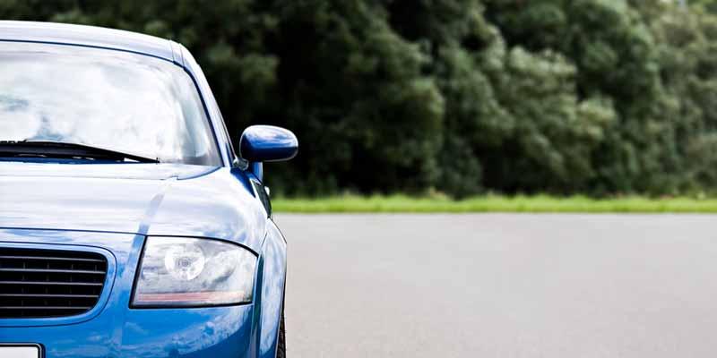 Blaues Auto auf einer Straße