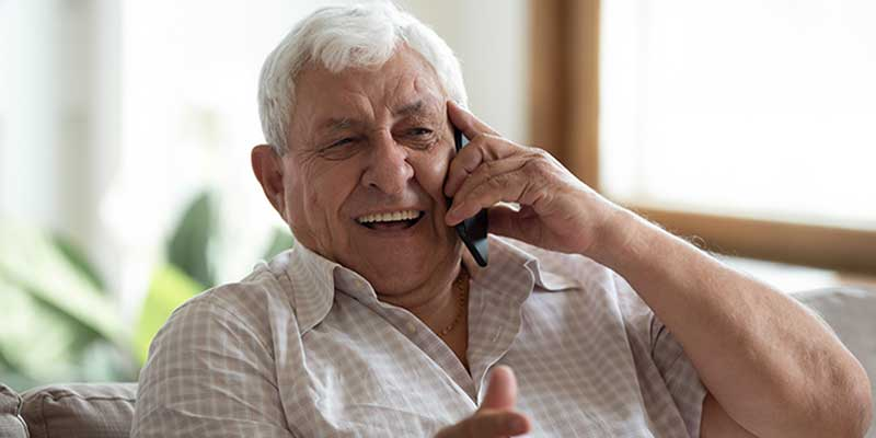 Senior telefoniert
