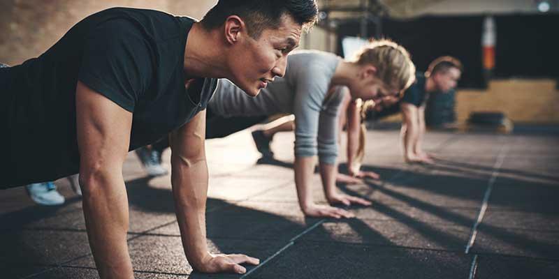Junge Menschen in einem Fitnessraum