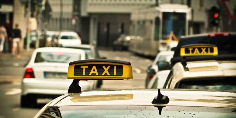 Straße mit Taxen
