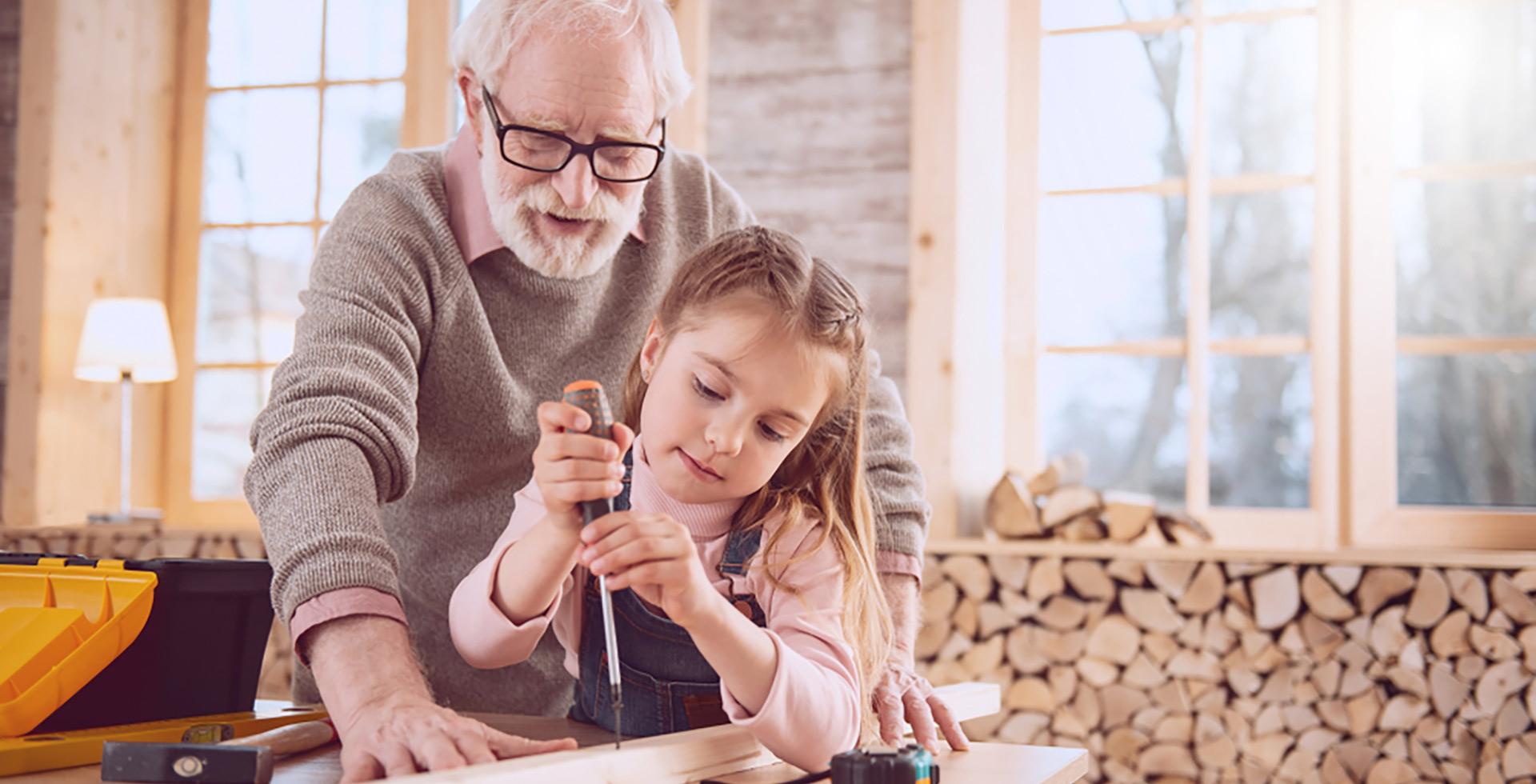 Großvater und Enkelin schreinern gemeinsam.
